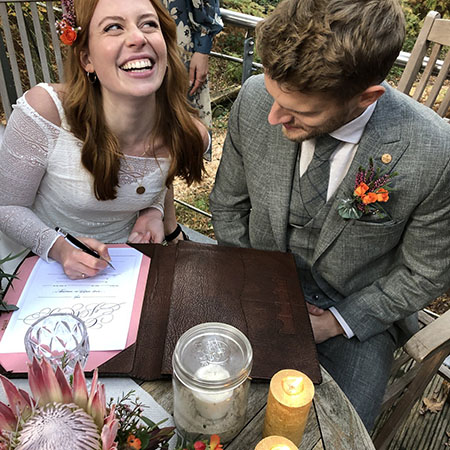 A menyasszony aláír
