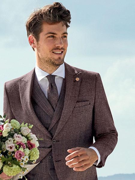 Elegáns vőlegény nyakkendőt visel