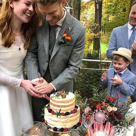Torta vágás az esküvőn