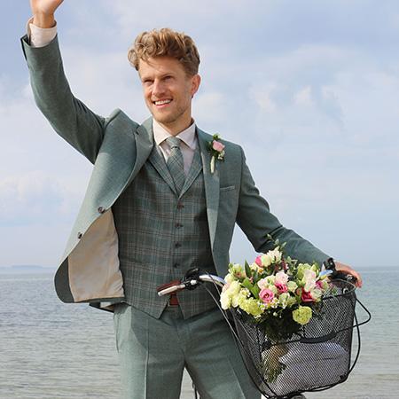 Vőlegény Green Wedding öltönyben